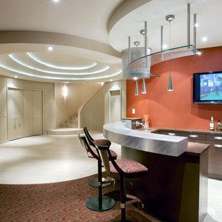 Exemple d'un sous-sol tendance enterré avec un mur orange et moquette.