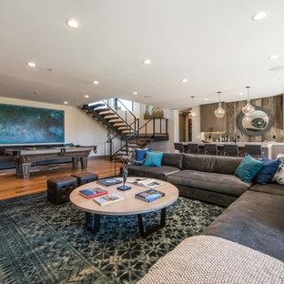 Imagen de sótano contemporáneo con paredes beige, suelo de madera en tonos medios y suelo marrón