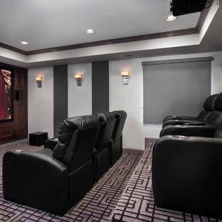 Inspiration pour un grand sous-sol design semi-enterré avec un mur gris, aucune cheminée, un sol multicolore et salle de cinéma.