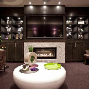 Idées déco pour un sous-sol classique enterré avec un mur gris, moquette, une cheminée ribbon et un manteau de cheminée en pierre.