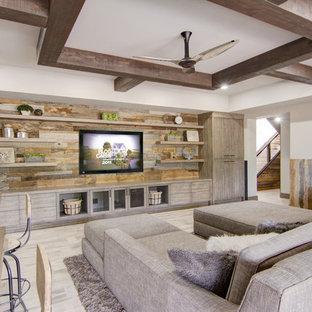 Exemple d'un sous-sol montagne semi-enterré et de taille moyenne avec un mur beige, un sol en bois clair, aucune cheminée et un sol beige.