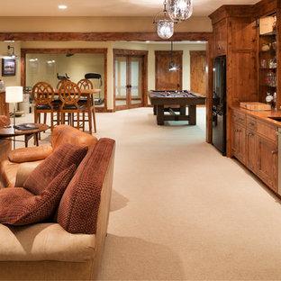 Idées déco pour un très grand sous-sol classique enterré avec salle de jeu, un mur beige, moquette, aucune cheminée et un sol beige.