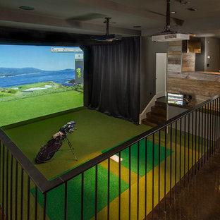 Aménagement d'un sous-sol classique avec un mur gris et béton au sol.