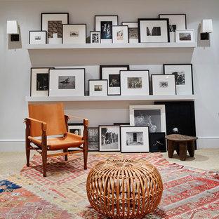 Idées déco pour un sous-sol contemporain avec un mur blanc et un sol multicolore.