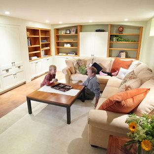 Réalisation d'un petit sous-sol craftsman enterré avec un mur beige et un sol en carrelage de céramique.