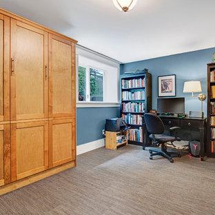 Cette photo montre un sous-sol craftsman donnant sur l'extérieur et de taille moyenne avec un mur bleu, un sol marron et un sol en bambou.