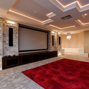 Idée de décoration pour un très grand sous-sol design donnant sur l'extérieur avec un mur beige, moquette, un sol beige et salle de cinéma.