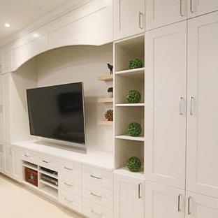Cette photo montre un sous-sol chic enterré et de taille moyenne avec un mur gris, moquette, cheminée suspendue et un sol blanc.