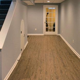 Aménagement d'un grand sous-sol classique semi-enterré avec un mur bleu et un sol en vinyl.