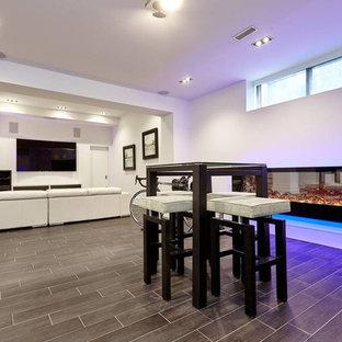 Idée de décoration pour un sous-sol minimaliste semi-enterré et de taille moyenne avec un mur blanc, un sol en carrelage de porcelaine et une cheminée ribbon.