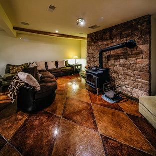 Inspiration pour un sous-sol craftsman avec un poêle à bois.
