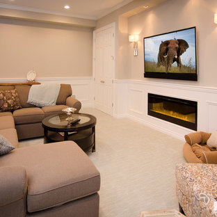 Réalisation d'un petit sous-sol tradition enterré avec un mur beige, moquette, une cheminée ribbon, un manteau de cheminée en bois et un sol beige.