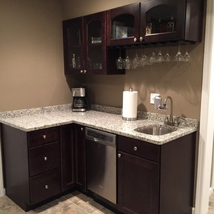 Idée de décoration pour un petit sous-sol minimaliste enterré avec un mur beige.
