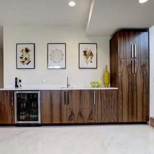 Cette photo montre un sous-sol tendance de taille moyenne avec un mur blanc, un sol en marbre, aucune cheminée et un sol blanc.