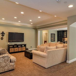 Aménagement d'un grand sous-sol classique donnant sur l'extérieur avec un mur vert et moquette.