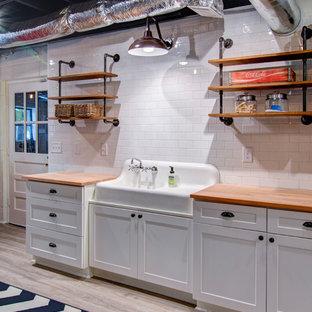 Inspiration pour un sous-sol urbain donnant sur l'extérieur et de taille moyenne avec un mur blanc, un sol en vinyl et aucune cheminée.