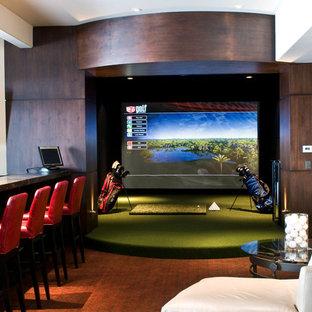 Idées déco pour un grand sous-sol contemporain avec salle de jeu, un mur beige, un sol en bois brun et aucune cheminée.