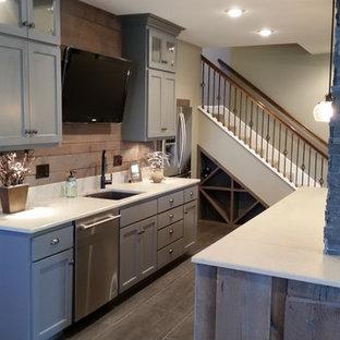 Cette image montre un grand sous-sol minimaliste enterré avec un mur beige, moquette, aucune cheminée et un sol marron.