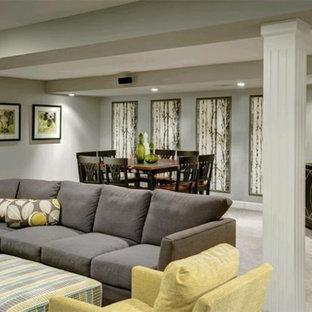 Idée de décoration pour un grand sous-sol design enterré avec un mur gris, moquette, aucune cheminée et un sol gris.