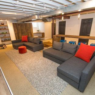 Réalisation d'un grand sous-sol urbain enterré avec un mur blanc, béton au sol, une cheminée standard et un manteau de cheminée en brique.