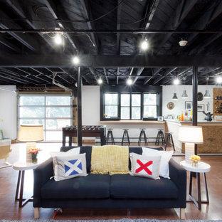 Idee per una taverna industriale con sbocco, pareti bianche e pavimento marrone