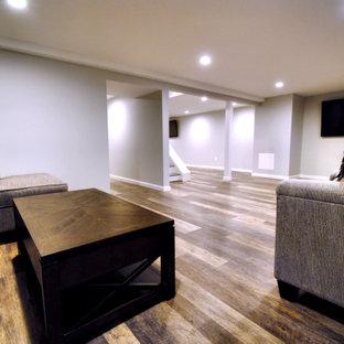 Inspiration pour un grand sous-sol traditionnel enterré avec un mur gris, un sol en vinyl, aucune cheminée et un sol multicolore.