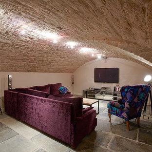 Réalisation d'un grand sous-sol style shabby chic enterré avec un mur beige.
