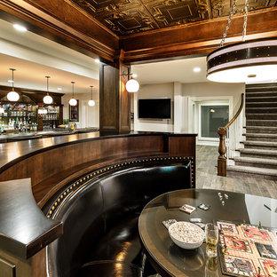 Idées déco pour un grand sous-sol classique avec un mur beige, un sol en carrelage de céramique et un sol marron.