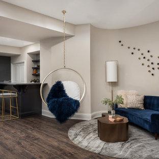 Inspiration pour un grand sous-sol traditionnel enterré avec un mur gris, un sol en vinyl, une cheminée standard, un manteau de cheminée en pierre et un sol marron.