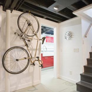 Ispirazione per una taverna moderna interrata con pareti bianche e pavimento grigio