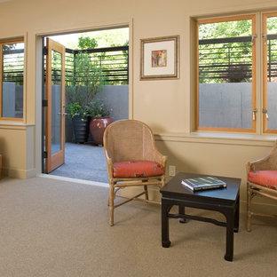 Idéer för funkis källare ovan mark, med beige väggar, heltäckningsmatta och grått golv