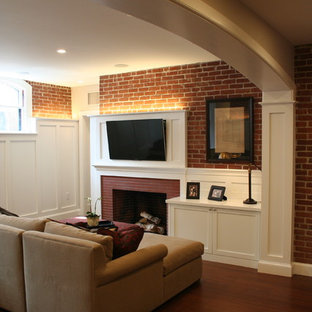 Inspiration pour un sous-sol traditionnel donnant sur l'extérieur et de taille moyenne avec un mur blanc, un sol en bambou, une cheminée standard et un manteau de cheminée en brique.