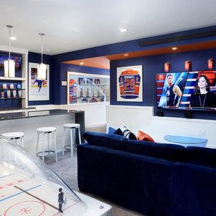 Idee per una taverna contemporanea interrata con pareti blu, moquette, pavimento grigio e nessun camino
