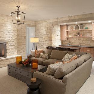 Modelo de sótano en el subsuelo tradicional renovado con chimenea tradicional, marco de chimenea de piedra, suelo de baldosas de cerámica, paredes blancas y suelo marrón
