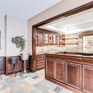 Aménagement d'un sous-sol classique avec un plafond à caissons.