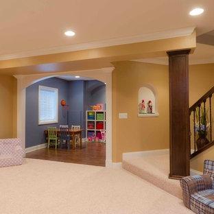 Cette image montre un grand sous-sol traditionnel semi-enterré avec un mur orange et moquette.