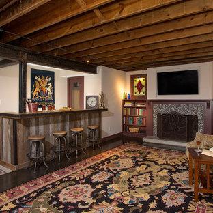 Immagine di una taverna stile rurale seminterrata di medie dimensioni con pareti bianche e camino classico