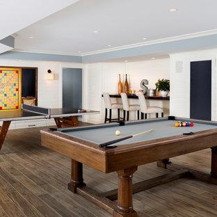 Cette photo montre un sous-sol chic avec un mur blanc, un sol en bois foncé et salle de jeu.
