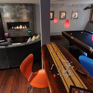 Esempio di una taverna minimal seminterrata con pareti grigie e pavimento in bambù