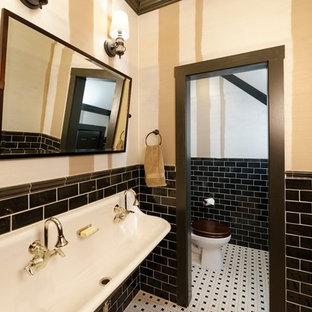 Idéer för stora lantliga källare utan ingång, med bruna väggar, heltäckningsmatta, en standard öppen spis, en spiselkrans i sten och beiget golv