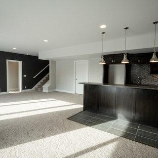 Réalisation d'un sous-sol minimaliste donnant sur l'extérieur et de taille moyenne avec un mur gris, moquette et un sol beige.