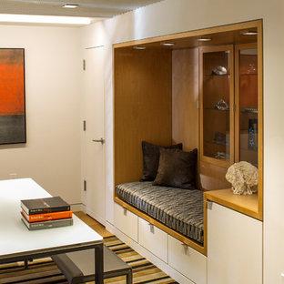 Réalisation d'un sous-sol vintage semi-enterré et de taille moyenne avec un mur blanc, moquette, aucune cheminée et un sol gris.