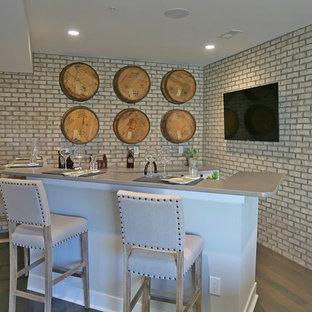Idée de décoration pour un grand sous-sol tradition donnant sur l'extérieur avec un mur beige, un sol en bois foncé et un sol marron.