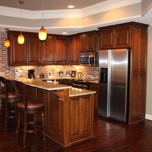 Aménagement d'un grand sous-sol classique donnant sur l'extérieur avec un mur beige, un sol en bois foncé et un poêle à bois.