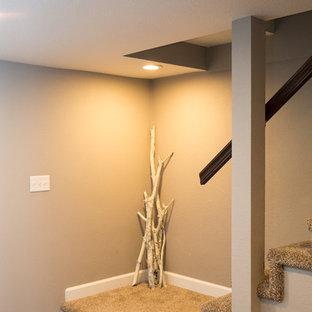 Idée de décoration pour un sous-sol tradition enterré et de taille moyenne avec un mur gris, moquette et aucune cheminée.