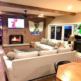 Réalisation d'un grand sous-sol donnant sur l'extérieur avec un sol en vinyl, une cheminée standard, un manteau de cheminée en brique et un sol marron.
