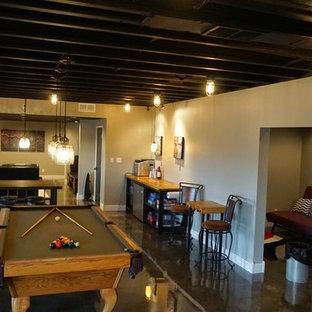 Idéer för en stor modern källare ovan mark, med grå väggar, betonggolv och grått golv