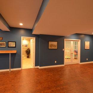 Foto di una grande taverna contemporanea interrata con pareti blu, parquet scuro e nessun camino