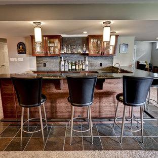 Idéer för stora vintage källare ovan mark, med brunt golv, grå väggar och heltäckningsmatta