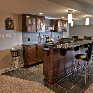 Aménagement d'un sous-sol classique avec un sol marron.